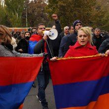 Armėnijoje tūkstančiai žmonių vėl reikalauja premjero atstatydinimo