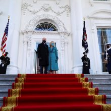 JAV prezidentas J. Bidenas po inauguracijos pirmąkart atvyko į Baltuosius rūmus