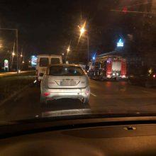 Sostinėje BMW rėžėsi į troleibusą: sužalota jauna mergina