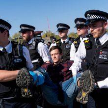 Londone tęsiantis protestams prieš klimato kaitą jau suimta daugiau kaip 700 žmonių
