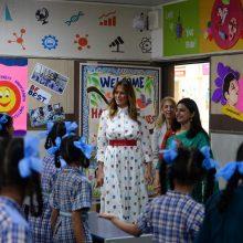 """JAV pirmoji ponia Indijoje meditavo per """"laimės pamoką"""""""