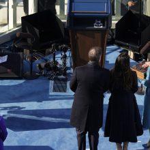 J. Bidenas pasirašė virtinę įsakų, tarp jų – sprendimą dėl klimato sutarties
