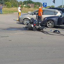Per BMW ir motociklo avariją sužalotas motociklininkas