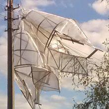 Šiaulių rajone ant elektros laidų pakibo šiltnamis