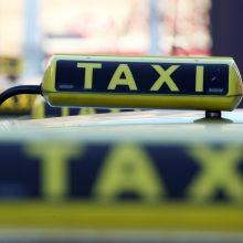 Keleivė policijai apskundė prie vairo save tenkinusį taksi vairuotoją
