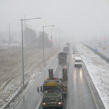 Dalis rytų ir vakarų Lietuvos kelių – su pažliugusio, prispausto sniego provėžomis