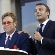 Popžvaigždei E. Johnui įteiktas aukščiausias Prancūzijos apdovanojimas