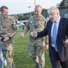 Jungtinės Karalystės premjeras apsilankė miestelyje, kuriam pavojų kelia užtvanka