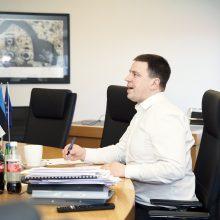 Estijos premjeras papasakojo, kad dėl koronaviruso mėnesį gyveno atskirai nuo šeimos