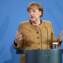Vokietijos kanclerė: koronaviruso pandemija nesibaigs, kol pasaulis nebus paskiepytas