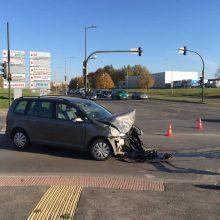 """Kaune per """"Toyota"""" ir """"Volkswagen"""" automobilių avariją sužalotas vyras"""