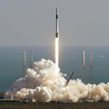 """Floridoje pakilo raketa """"Falcon 9"""" su krovininiu erdvėlaiviu laivu """"Dragon"""""""