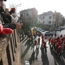 Miestą judino nuotaikinga eisena su orkestru priešakyje