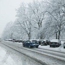 Keliai daug kur padengti puriu sniego sluoksniu, provėžoti, slidūs
