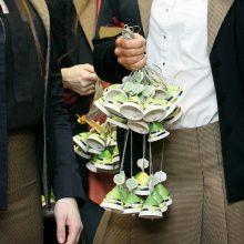 Tradicija: įprasta išleistuvių proga padovanoti simbolinę dovaną mokyklai.
