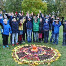 """Kūryba: šį rudenį """"Gilijos"""" pradinės mokyklos ketvirtokai iš daržovių dėliojo mandalas."""