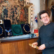Išskirtinis: A.Teresius – vienintelis, už savo kūrybą pelnęs tris garbingiausius Lietuvos tautodailės apdovanojimus – Aukso vainikus.