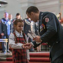 Policijos apdovanojimas – mamą nuo smurtautojo išgelbėjusiai devynmetei