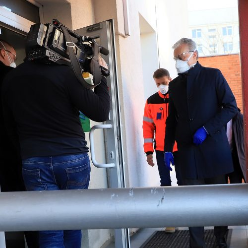 Prezidentas lankėsi karštosios koronaviruso linijos centre  © Laimučio Brundzos nuotr.