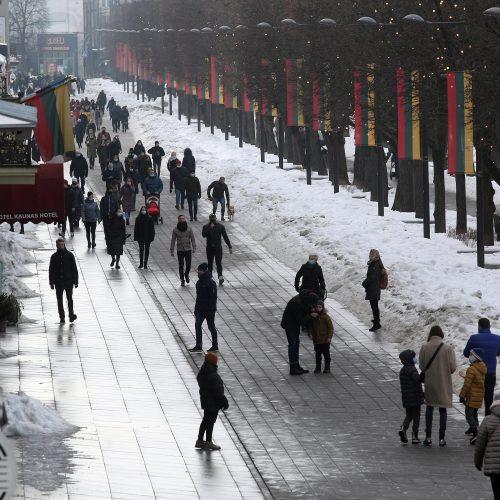 Atšilimas kauniečius išviliojo į Laisvės alėją  © Laimučio Brundzos nuotr.