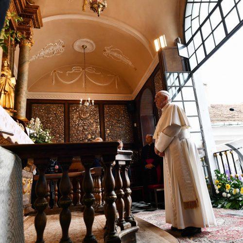 Popiežius meldėsi Aušros Vartų koplyčioje  © Scanpix nuotr.