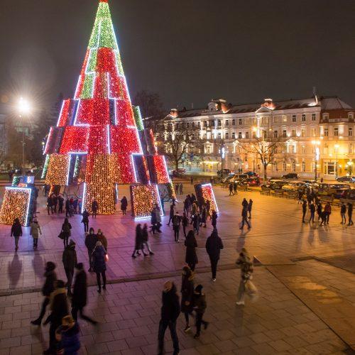 Vilniaus siurrealistinė Kalėdų eglė neatsigina dėmesio ir po įžiebimo