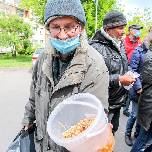 Samariečiai dalijo nemokamą košę skurstantiems  © Evaldo Šemioto nuotr.