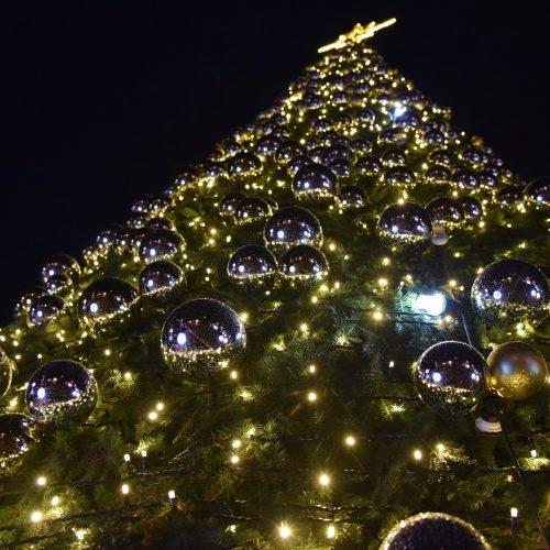 Šalčininkuose įžiebtą Kalėdų eglę puošia net 1100 burbulų  © Šalčininkų rajono savivaldybės nuotr.