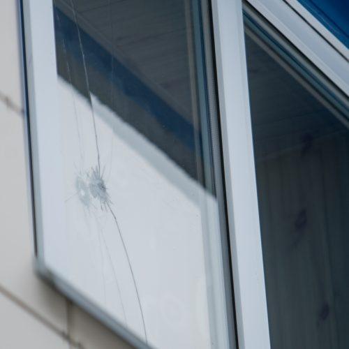 Apšaudytas Raudondvario daugiabutis, kuriame įsikūręs grožio salonas