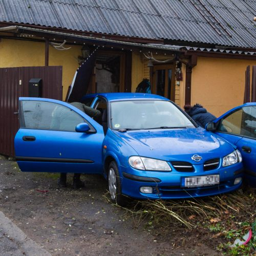 """Žaliakalnyje """"Nissan"""" taranavo namo tvorą"""