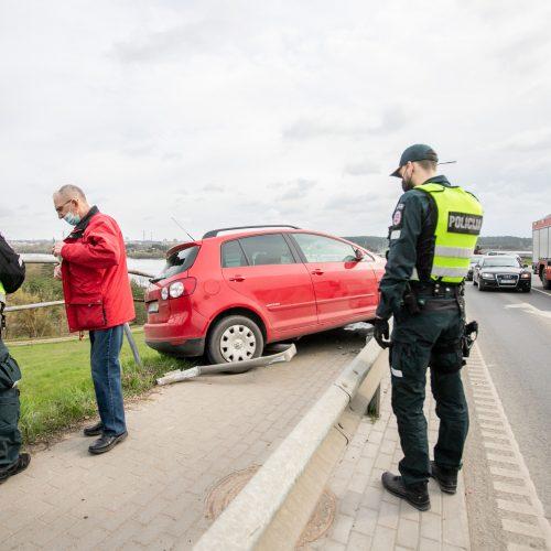 """Kaune ant atitvaro pavojingai pakibo moters vairuojamas """"Volkswagen""""  © Justinos Lasauskaitės nuotr."""
