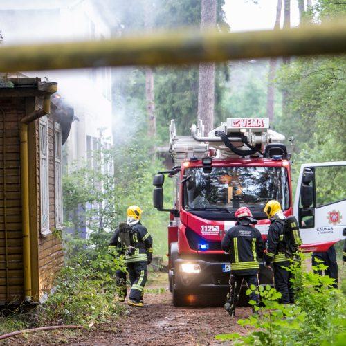 Panemunėje užsidegė medinis pastatas  © Vilmanto Raupelio nuotr.