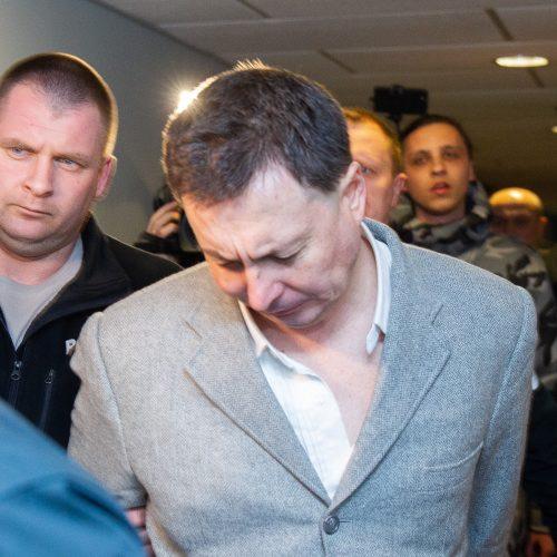 Į teismą atvestas žmones parduotuvėje sužalojęs Rusijos pilietis
