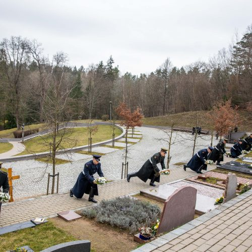 Gėlių padėjimo ceremonija ant signatarų kapų
