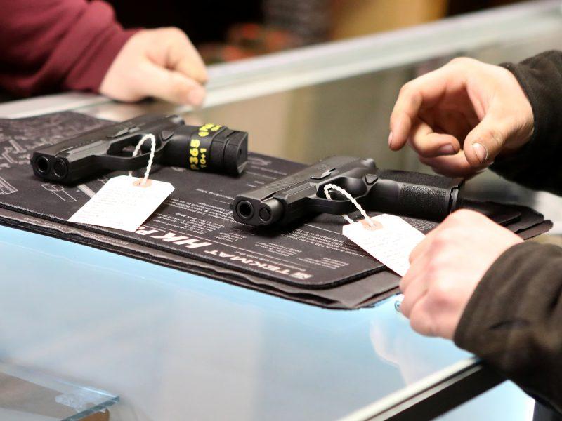 JAV prekybos tinklas dėl neramumų Filadelfijoje iš lentynų išima ginklus
