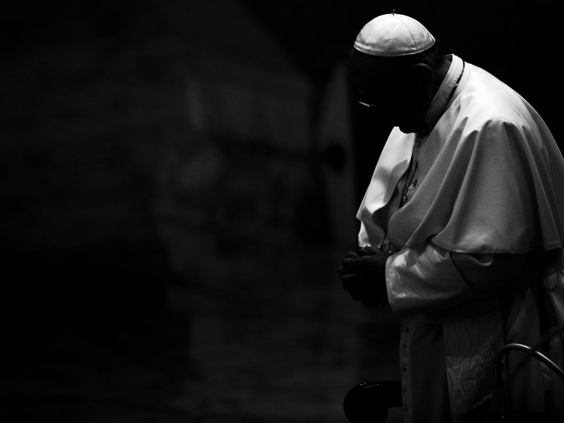 Popiežius pasimeldė už atakos Nicos bažnyčioje atakos aukas