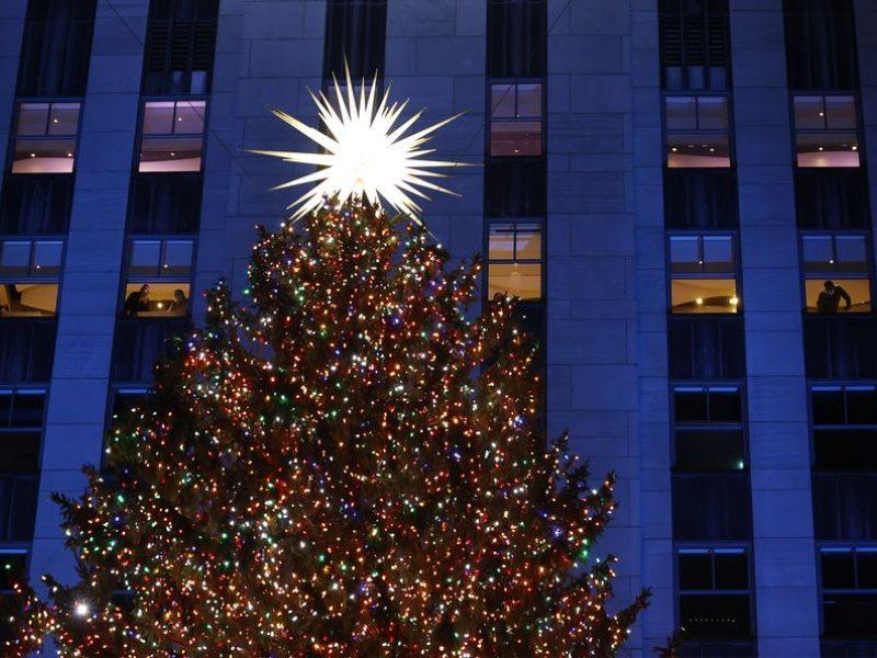 Įžiebta garsioji eglutė Rockefellerio centre Niujorke