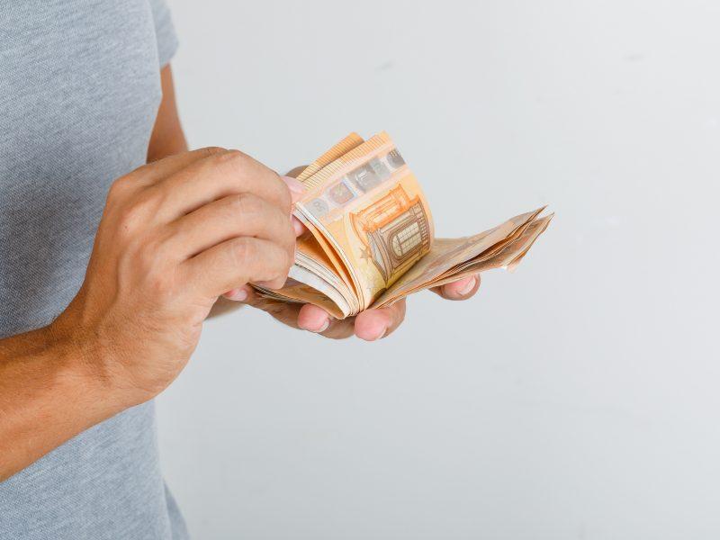Krovinių vežėjai ir saugotojai pernai sumokėjo 697 mln. eurų mokesčių