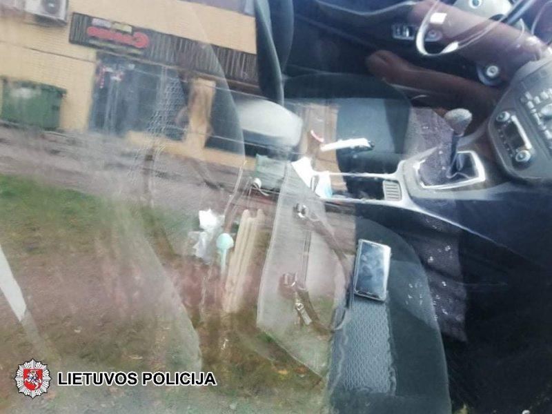 Kuriozinė situacija: sušalę jaunuoliai lindo pasišildyti į svetimą automobilį