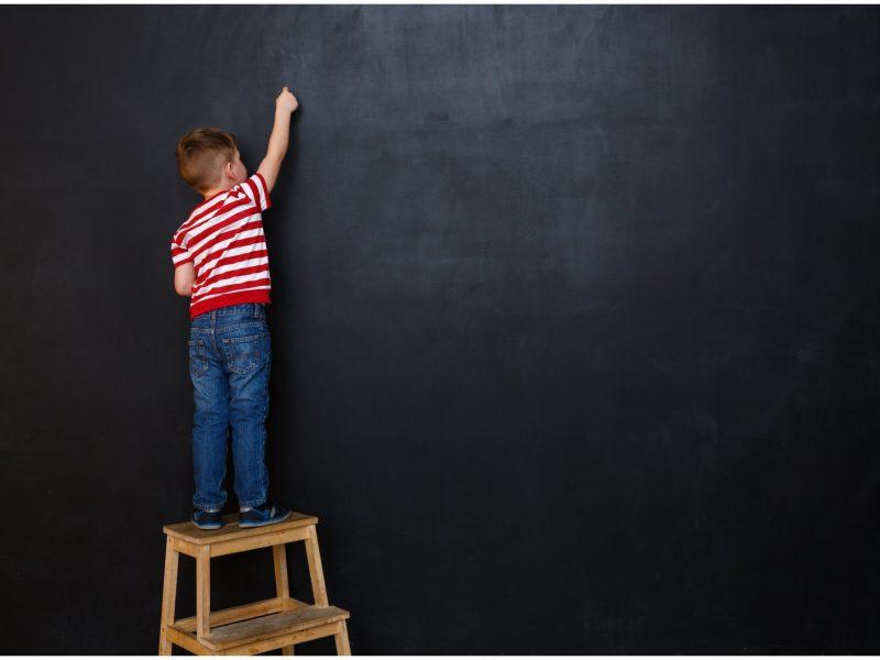 Dėl užrakinto vaiko klasėje – bausmė: mokykla privalės atlyginti žalą