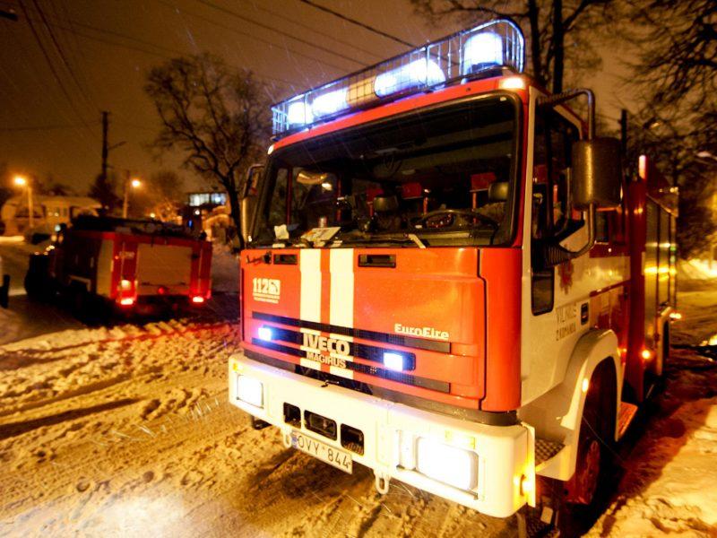 Pakruojo rajone atvira liepsna dega namas