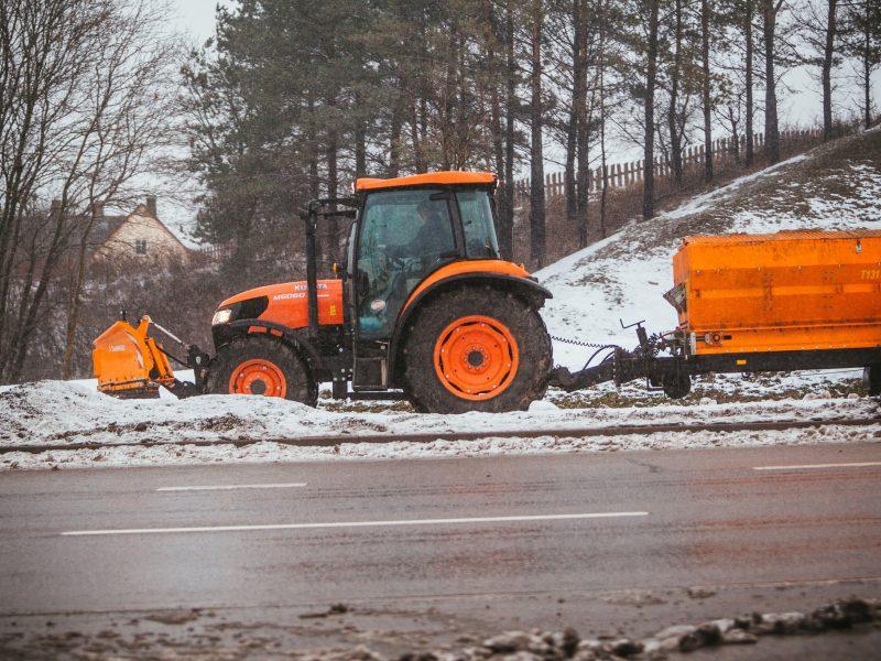 Įspėja vairuotojus: rajoniniuose keliuose tebėra slidžių ruožų