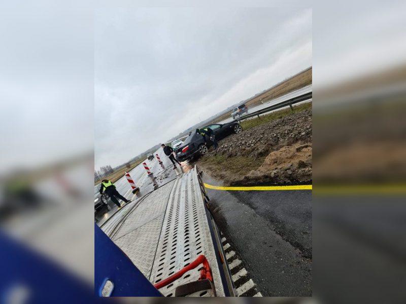 Antrąją Velykų dieną pajūryje iškritęs sniegas pridarė bėdų vairuotojams