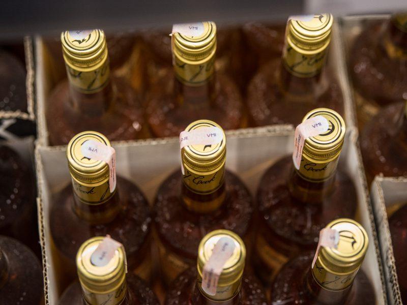 """Alkoholio """"paštomatų"""" veiklos varžymas gali prieštarauti Konstitucijai?"""