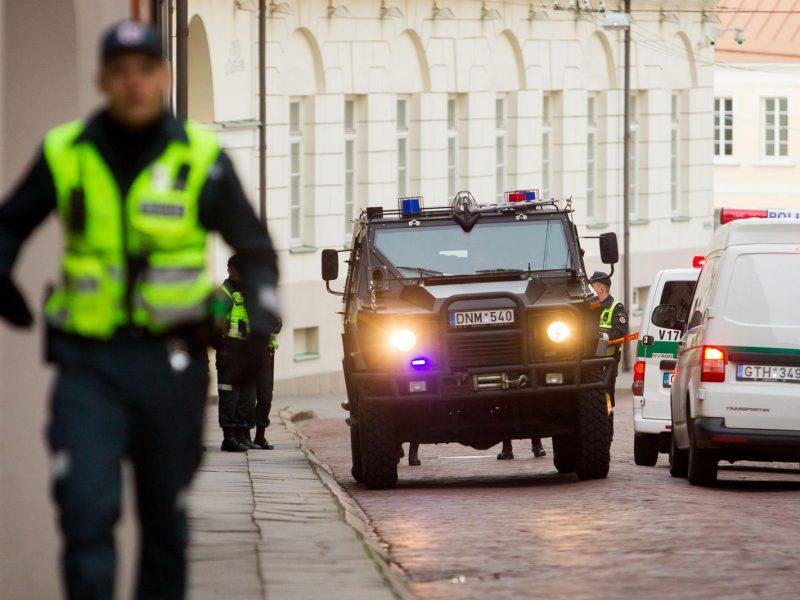 Prie Prezidentūros surengė mitingą: vienas dalyvis bėgo nuo policijos, gavo baudą