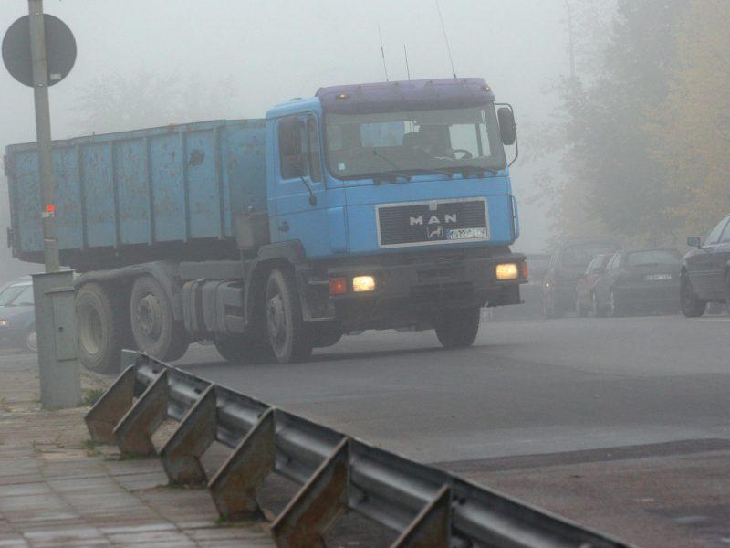 Prašo vairuotojų neatsipalaiduoti: eismo sąlygas kai kur sunkina rūkas