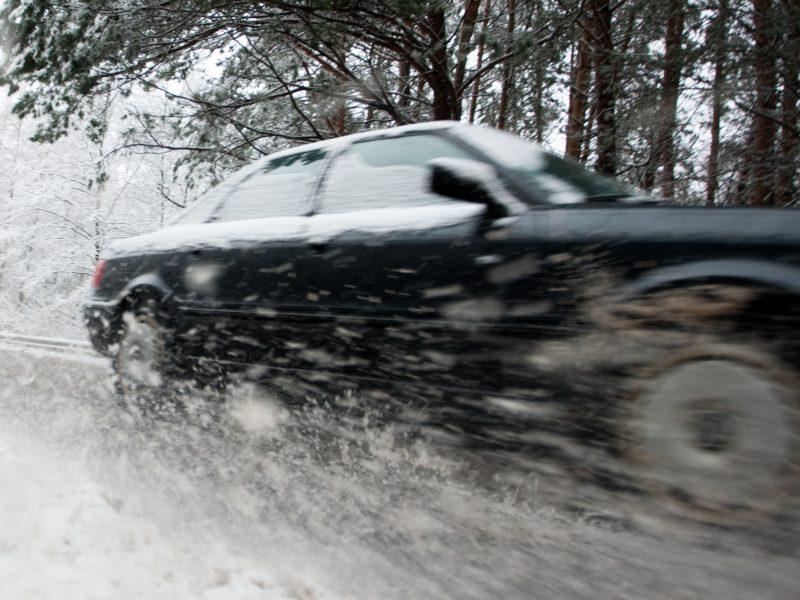 Įspėja vairuotojus: Tauragės rajono keliuose – plikledis