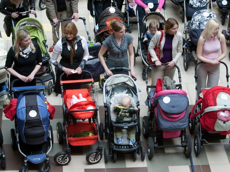 KT prašoma aiškintis dėl išmokų dirbantiems tėvams mažinimo