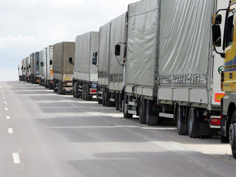 Pasienyje su Baltarusija eilėse laukia apie 2,3 tūkst. vilkikų