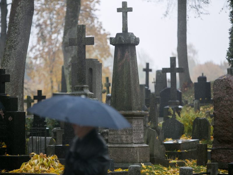 Orai: į kapines teks klampoti per balas